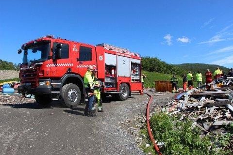 Brannvesenet var raskt på plass da  det ble oppdaget tilløp til brann på Åremma avfallsanlegg rett utenfor Mosjøen.