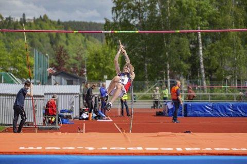 Allsidige utøvere: Gabriel Lande-Norheim var en av utøverne fra Hattfjelldal som markerte seg under BDO-lekene. Han vant 200 meter hekk i sin klasse, og deltok blant annet i stav (bildet) og spyd i tillegg. Foto: Svein Halvor Moe