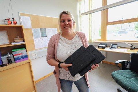 I SVING: Nytilsatt rektor Trine Bukten på Kulstad skole synes at bruk av iPad i undervisningen er spennende.
