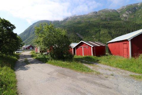 NAUSTREKKE: Nausteieren eier et av naustene i rekken av naust på Bordvedneset i Mosjøen. Naustene ligger nær Helgeland Handelspark.