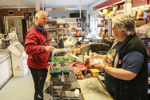 1. Langveisfarende: Eirik Angermo har tatt turen fra Drevja for å handle hos Grethe Hansdotter Aas på nærbutikken i Drevvatn.
