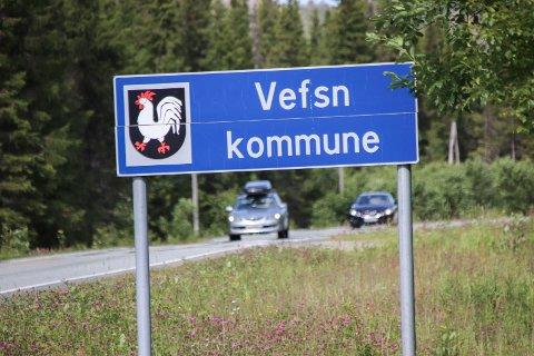 """""""VAAPSTEN TJÏELTE"""":  """"Vefsn kommune"""" bør suppleres med den sørsamiske varianten, mener Thomas Brevik Kjærstad. Bildet viser kommuneskiltet på grensen mellom Grane og Vefsn kommuner sør for Mosjøen."""