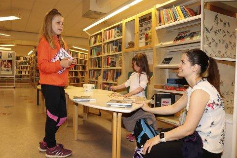 Sommerles: Ine Mari Løvdahl (8) deltar på Sommerles. Her er hun på Vefsn bibliotek for å låne bøker, sammen med lillesøster Emilie Løvdahl (5) og mamma Marita Karlsen. Foto: Stine Skipnes