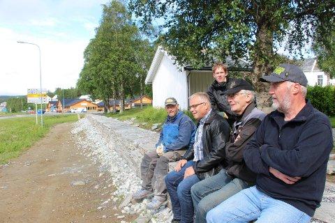 Steinar Jørgensen (t.v), Idar Kjærstad (bak), Arnstein Ingebrigtsen,  Brynjar Dalen og Kay Bolstad har alle en finger med i den nye kirkegårdsmuren ved Hattfjeklldal kirke.