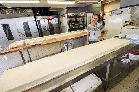 2,4 meter x4: Janeli Ruusmann setter sammen fire enkeltkaker som hver er 2,4 meter lange, pluss ei på 40 centimeter. Det blir til sammen 10 meter kake. Her ser vi en av de fire enkeltkakene på 2,4 meter, like før Ruusmann starter å pynte marsipanen.