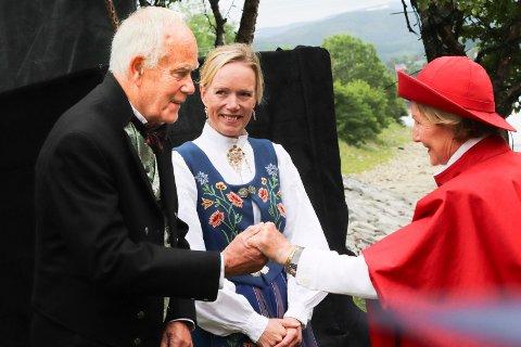 HISTORIKK: Tidligere hotelldirektør Alf Gilroy Johannessen tok i mot dronningen i hotellhagen, sammen med sin datter og hotelldirektør Ellen Løvold Strand.