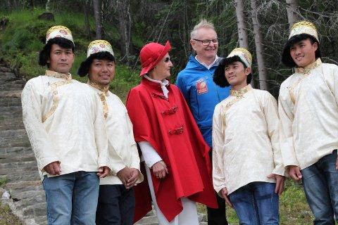 ÅPNET: Dronning Sonja, fire sherpaer og Bjørnar Nyland etter dronningen hadde klippet over snora og erklært trappa for offisielt åpnet.