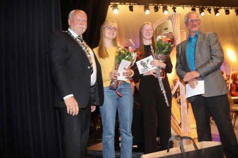 STIPEND: Stipendvinnerne Liv Andrea Haug og Andrea Moby Røreng flankert av ordfører Jann-Arne Løvdahl  og Magnus Myrvoll, leder i kultur- og samfunnsutvalget.