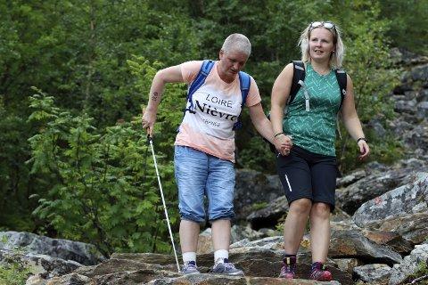Med hvit stokk: Hilde Veronica Hansen (45) fra Sandnessjøen er sterkt synshemmet. Mandag gikk hun alle 2.600 trinnene i Helgelandstrappa. Ledsager er Tanja Dalen (30). Foto: Stine Skipnes
