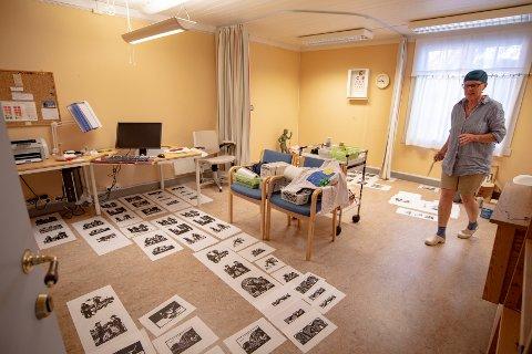 Legekontoret til Reidun Kismul er omgjort til trykkeri for opptrykking av kunstner Knut Larsens mange bokillustrasjoner. - Her ser du alle prøvetrykkene. Jeg er jo helt nybegynner på dette, så mange av disse trykkene kommer til å bli forkastet av Knut, sier Reidun Kismul.