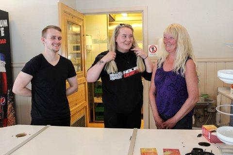 Fv. Sander Solhaug, Emma Eide og Unni Almås er med på å starte opp Halsøy veikro på nytt.