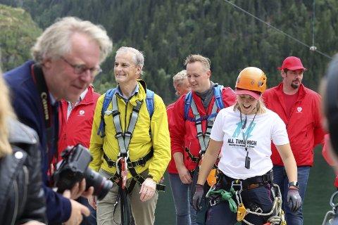 Viser vei: Jonas Gahr Støre gjestet Mosjøen tirsdag, og gikk opp Helgelandstrappa før han suste ned med zipline. Etterpå svarte partilederen på spørsmål fra pressen. Selina Falck var guide for Naturlige Helgeland.