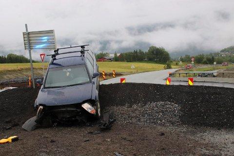 Bilen kjørte rett fram i et kryss ved innkjøring til Marka. Bak ser vi E6 vestover i Kulstaddalen.
