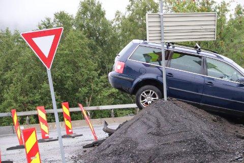 GRUSDUNGE: Bilen kjørte rett fram i krysset og opp på en grusdunge.