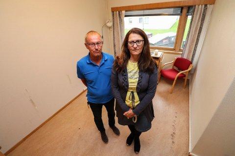SMÅTT: John Arvid Heggen og Mildrid Hendbukt- Søbstad på et av rommene som står tomt etter at 13  pasientplasser har blitt flyttet til andre sykehjemsavdelinger og i omsorgsbolig. Noen av pasientene har gått bort.