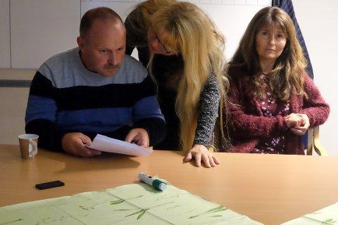 DISKUSJONER: Edgar Hauan, Anne Nordmo og Trine Nordmo Skar fra pårørendegruppen under møtet med kommuneledelsen mandag.