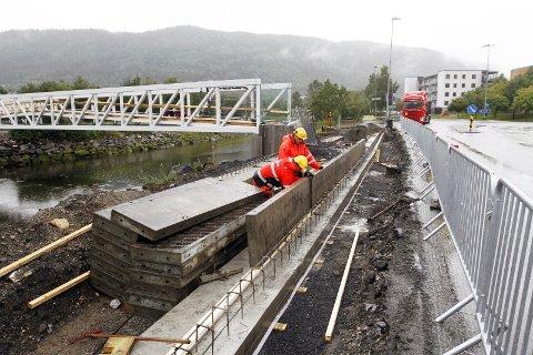BYGGER INNGANG: Nå støpes det fundament for inngangen fra Sjøsiden. Det blir gangvei skrått opp fra begge sider. Foto: Per Vikan