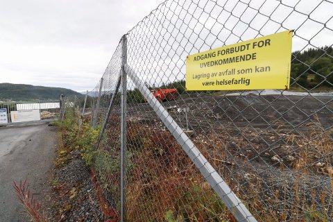 GIFTIG: Deponiet i Lille Åsnevdal ligger ved Østbøs anlegg ved Åremma, og ikke langt fra Shmil. Bak t.v. skimter vi deler av Hjartåsen.
