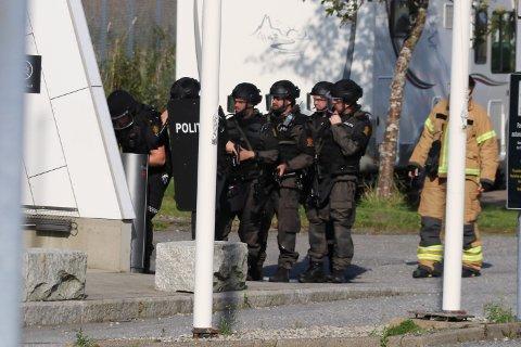 Tungt bevæpnet politi gjennomsøker flyplassen.