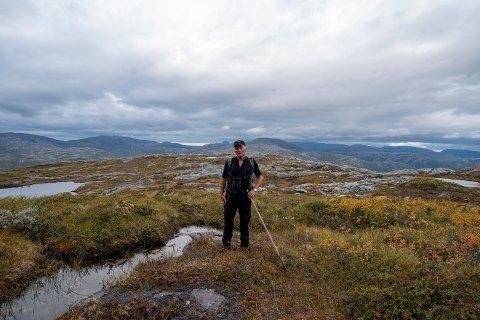 Steinar Kvandal viser fram området der vindparken er planlagt.