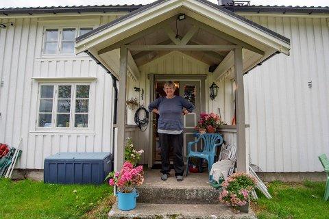 Berit Hundåla puster ut etter strevsomme valgdager. Her står hun på trappa hjemme på gården i Hundåla.