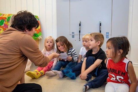 – Vi skal hjelpe Høvedsmannen sier alle fireåringene i sjimpansegruppa i Fagertun barnehage. Fra venstre: Sella, Hedda, Brian, Oliver og Evelina som lytter spent når Beate Jakobsen leser opp brevet fra Høvedsmannen.