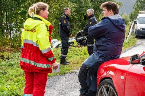 Ulykkesstedet er på E6 Luktvassvegen, like nord for Aspneset. - Jeg skvatt litt da politibilen kjørte forbi meg og knuste speilet mitt før den havnet i grøfta, sier Eirik Paasche (23).