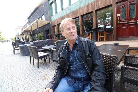 AKTIVITET: Leder Kjell Arne Engelsø i Mosjøen torg minner om at Tippen (bak) skaper attraktivitet og liv i Mosjøen sentrum.