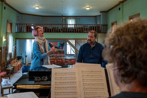 Det øves til lørdagens operafest i Mosjøen Kulturhus. Darya Katyba og Kristian Kroksett er to av fire solister som optrer i samspill med Vefsn--Ensemblet, Halsøy sangkor og Helgeland Sinfonietta.