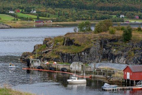 Mannskap fra Yter Helgeland Brann og Redning la ut lenser der sjarken som lå fortøyd ved gamle Sund ferjekai sank i lørdag morgen.