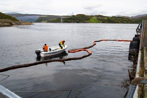Leirfjord kommune la lørdag ettermiddag ut lenser der sjarken sank ved gamle Sund ferjekai.