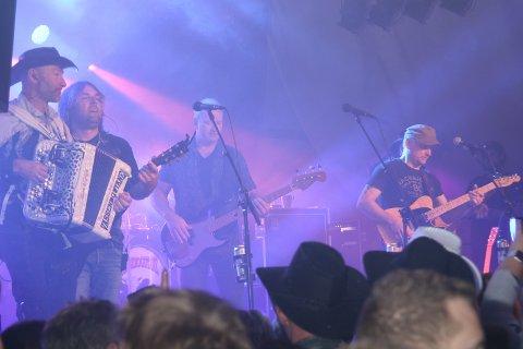 VASSENDGUTANE 1: Gruppa Vassendgutane er visstnok Norges heitaste liveband for tida. I Mosjøen trakk de i hvert fall fullt hus, og vel så det. Håvard Eide