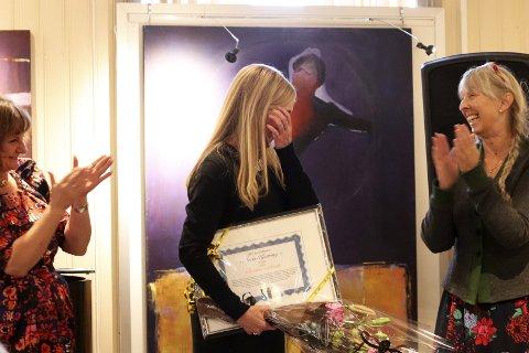 Ingen blåmandag: Det var en rørt prisvinner som tok imot «Kjerringprisen». Christin Eriksen (53) stilte som pianist på Kulturverkstedet mandag, og kunne gå derfra med både diplom og blomster under armen. Her flankert av Franziska Wika og Ragni Einmo. Foto: Stine Skipnes