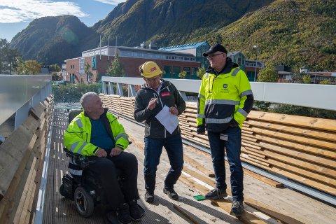 Jan Erik Båtstrand fra teknisk drift i Vefsn kommune, ansvarlig utbygger Jan Øysten Nilsen fra EntrepeTOR  og prosjektleder Terje Ravatn inspiserer den nye brua over Skjerva.