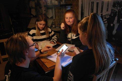 Emil Larsson har mange gode tips å komme med til Isabell Summer Dorp, Mia Sollie og Amalie Bøe.