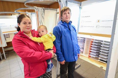 BORT MED AP-MAKTA: Johnny Strand Dahl, samboeren Helle Meisler og sønnen Alfred Johan Meisler (1) avga fredag formiddag sine stemmer i rådhuset i Mosjøen.