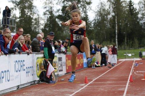 TRE SØLV: Sigrid Forsmo Kapskarmo tok tre sølvmedaljer på UM. Her er hun i lengde der det ble  5,22. I øyde (1,55) og tresteg (11,13) fikk hun også sølv.