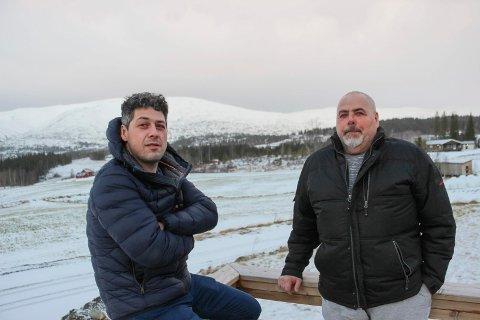 Ruben (t.v.) og Steinar Jakobsen ser ikke lyst på en framtidig storsatsing  ved Drevjamoen. De frykter det vil gå ut over deres griseproduksjon.