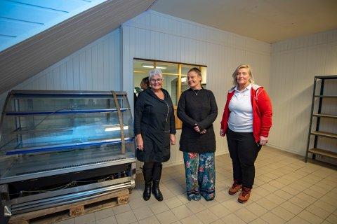 Her i lokalene til Røde Kors kommer det til å fylles opp med gratis mat fra butikker i Vefsn. Kari Grønmo, Siri Marie Knutsen og Irene Thorvaldsen er tre av tolv frivillige som skal drifte tjenesten i regi av Røde Kors.