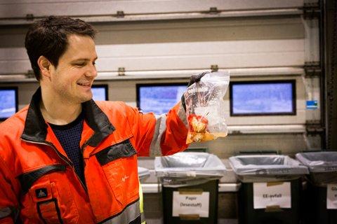 PLAST: Aleksander Puntervold vise fram en råtten paprika innpakket i en plastpose. Plastemballasje skal leveres i blå pose, mens matavfall skal i grønn pose.