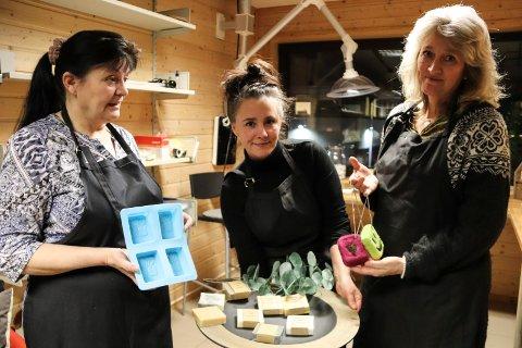 Kari Ingebrigtsen med såpeformer, Veronica Myrvang med ferdige såper og Mona Pedersen med tovede såper.