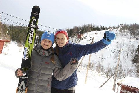GLEDER SEG: Eirin Kvandal ser fram til å innlede et nytt idrettsår. Hun har trent bra hjemme i Mosjøen i jula. Bildet er fra Vårhopprennet i fjor vår da Eirin heiet på Regina Nilsskog (t.v.). Foto: Stine Skipnes