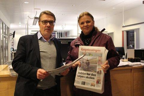 Redaktør Geir Arne Glad og markedssjef Ellen Brodtkorb viser dagens papiravis, som de sier det er veldig beklagelig at ikke kom til avtalt tid.
