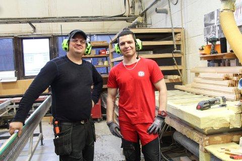Ved benken: Børge Hopen og Omar Dali ved siden av arbeidsplassen hvor Omar Dali reparerer dører og vinduer.