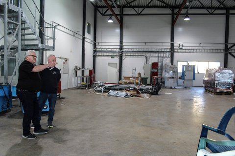 FLYTTER: Etter å ha hatt Ziko-gruppen på eiersiden i noen måneder, har Friisco igjen fått lokalt eierskap. Bedriften flytter inn i trykkeriet ved Helgelendingen på nyåret.  Her er Kyrre Gjerstad og Tore Larssen ved en tidligere anledning.