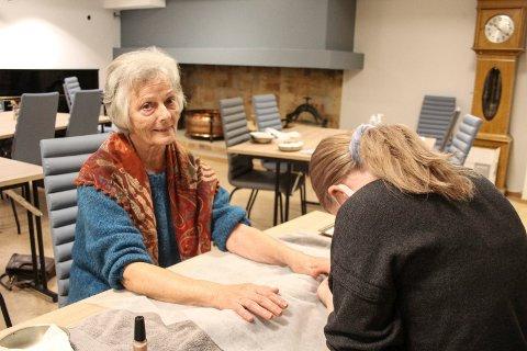 Inger Johanne Steinrud er fornøyd med behandlingen hun får av elev Anita Kolberg.