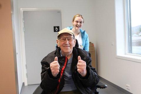 Fornøyd: Hans Bordevich er veldig imponert over helsetunet. Helsefagarbeider Celine Aasheim er med i bakgrunnen og fører stolen.