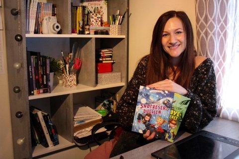 Sandra Steffensen med to av bøkene som hun har illustrert, som har kommet ut i år.