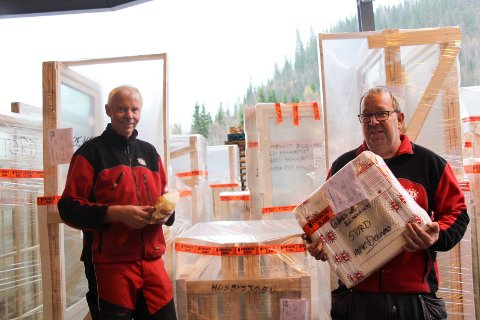 På lageret; Arve Grane og Jan Sverre Seierstad har kontroll på alt fra de minste til største vinduene.