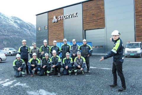 Bjarte Valåmo er daglig leder for Mosjøen-avdelingen til Storvik AS og viser fram ansatte og besøkende fra konsernledelsen.